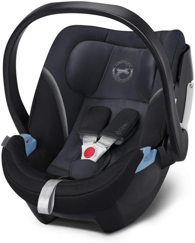 Ce siège auto Cybex Aton 5 est de couleur noire.